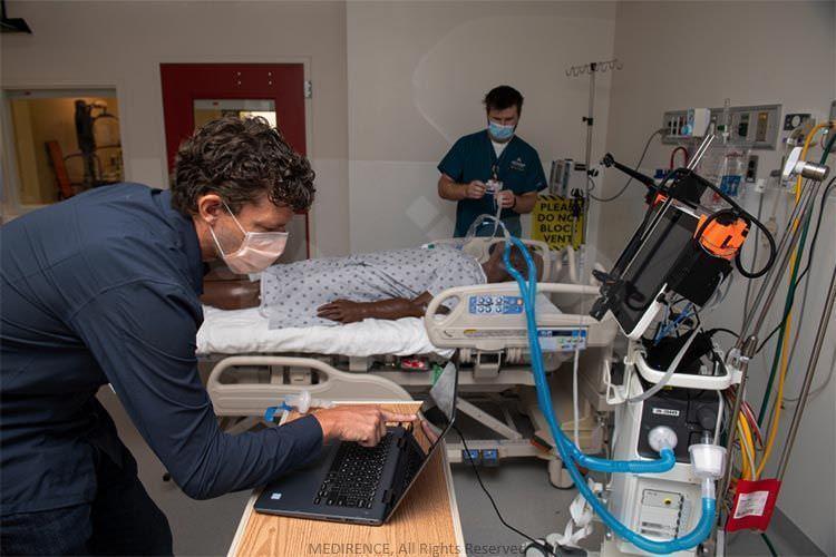 جاناتان کوپ و پروفسور مهندسی مکانیک آکسل کریگر در حال کار بر روی ربات